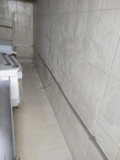 Прокладанная шины заземления в хозяйственном помещении